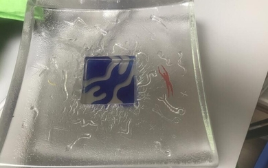 NOT SOLD. A transparent glass dish decorated with blue and red figures. Manufactured by Kosta Boda. L. 21 cm. – Bruun Rasmussen Auctioneers of Fine Art