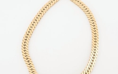 Necklace in yellow gold (750) with a flat curb chain...