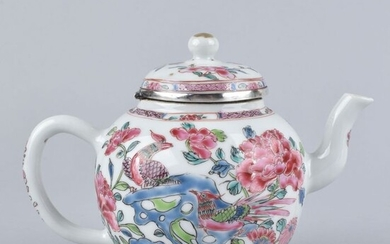 A CHINESE FAMILLE ROSE TEAPOT DECORATED WITH TWO PHEASANTS - Porcelain - China - Yongzheng (1723-1735)