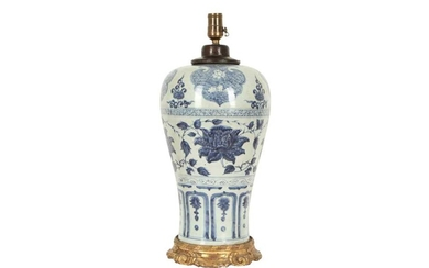 A CHINESE BLUE AND WHITE VASE, MEIPING.