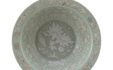 A CHINESE CELADON BOWL EARLY 20TH CENTURY.