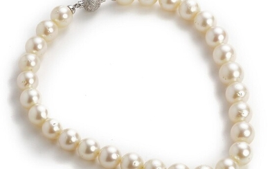 A South Sea pearl necklace with cultured South Sea pearls and a diamond clasp with brilliant-cut diamonds weighing app. 1.10 ct., mounted in 18k white gold. – Bruun Rasmussen Auctioneers of Fine Art