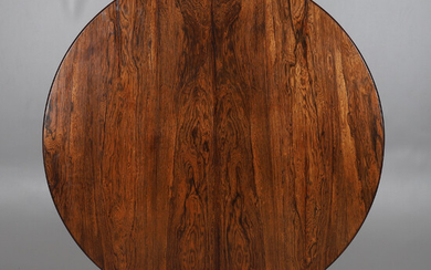 AN EARLY VICTORIAN ROSEWOOD TILT TOP BREAKFAST TABLE.