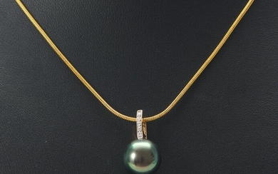 A TAHITIAN PEARL AND DIAMOND PENDANT IN 9CT GOLD, THE PEARL MEASURING 12.5MM, TOTAL LENGTH 20MM, TO A SNAKE DISPLAY CHAIN