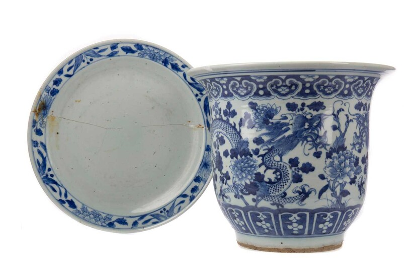 A LATE 19TH/EARLY 20TH CENTURY CHINESE BLUE AND WHITE PLANTER AND A PLATE
