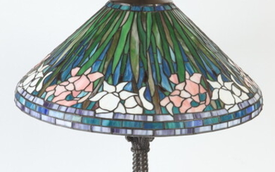 ART GLASS TABLE LAMP IN THE STYLE OF TIFFANY. Metal...