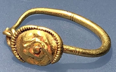 Ancient Roman Gold Very Elegant Earring with a Masterfully Decorated Central Shield connected with the Solar Cult - .×.×. cm
