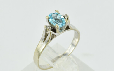 A 9CT WHITE GOLD AND BLUE TOPAZ RING