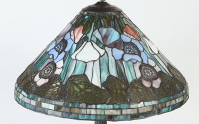 ART GLASS TABLE LAMP IN THE STYLE OF TIFFANY. Base...