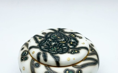 ANNE-MARIE FONTAINE MANUFACTURE NATIONALE DE SEVRES Polychrome and gilded porcelain candy box