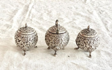 condiment set - salt - peeper - mustard pot - hand chased - kutch (4) - .925 silver - Indian artist - India - Early 20th century