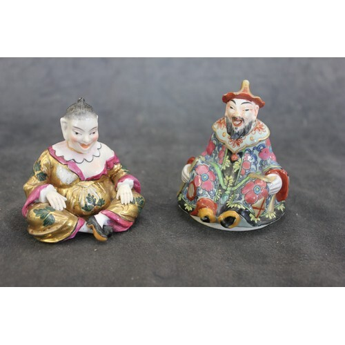 A porcelain figure of a seated Chinese lady, 7cm high and a ...