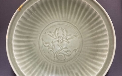 Plate - Porcelain - Chinese - Huge (d. 44,1 cm!) - Carved peonies - Chrysanthemum petals - China - Yuan to early Ming Dynasty (14th century)