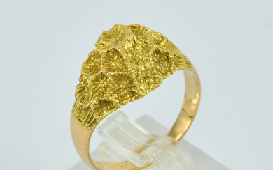 A 14CT GOLD RING