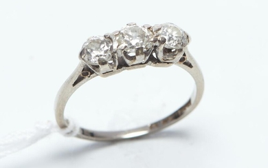 A THREE STONE DIAMOND RING IN 18CT WHITE GOLD AND PLATINUM, THE DIAMONDS TOTALLING APPROXIMATELY 0.80CT IN 18CT, SIZE J-K, 2.1GMS