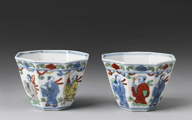 Arte Cinese A pair of wucai porcelain cups China, Qing