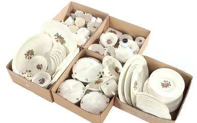 (-), Extensive Wedgwood service with Moss Rose decor,...