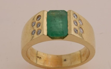Yellow gold ring with emerald and diamond