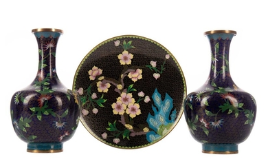 A PAIR OF 20TH CENTURY CHINESE CLOISONNE VASES AND A CLOISONNE PLATE