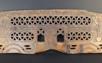 Yoke with openwork and carved plain. Portugal. End of XIX°, beginning of XX°. Length : 119 cm