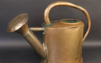 Copper watering can with fixed head. 19th century. Small crushes on the handle.