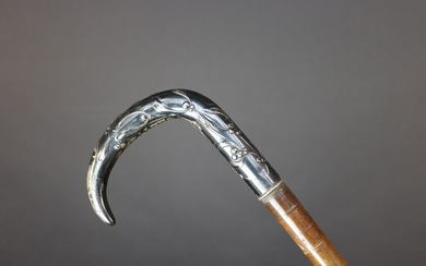 Cane with a shaft made of leather washers mounted on a flexible steel core. Curved pommel decorated with branches of mistletoe. Late 19th century. Height 90,5 cm