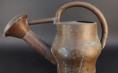 Copper watering can with a belly-shaped body and a large fixed head. 19th century. Height 38 cm