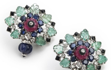 NOT SOLD. Emerald and sapphire ear pendants with carved and circular-cut sapphires, carved emeralds and rubies and brilliant-cut diamonds, mounted in 14k white gold. – Bruun Rasmussen Auctioneers of Fine Art