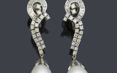 Long earrings with a pair of pearl pearls and brilliant