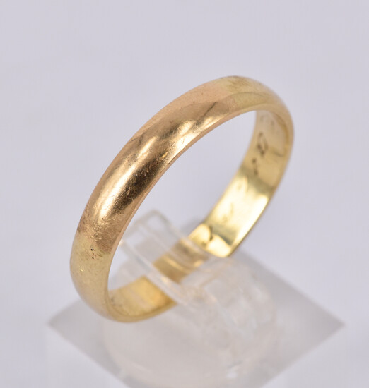 A 14CT GOLD GENT'S WEDDING RING
