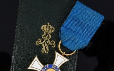 ORDER OF THE CROWN (Prussia). Knight's cross, 3rd class model, in gold and enamel, with part of the ribbon in blue moiré silk taffeta. Small accidents. Preserved in its original case.H. : 4 cm - L. : 4 cm. Gross weight : 13,5 g. See illustration...