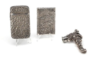 A Chinese silver business card holder and a cigarette box, further, a silver walking stck handle, Vienna 1872-1922. (3) – Bruun Rasmussen Auctioneers of Fine Art