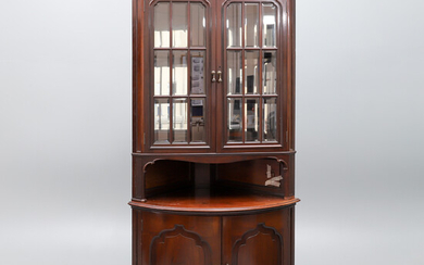 A MAHOGANY FLOOR STANDING CORNER CABINET, EARLY 20TH CENTURY.