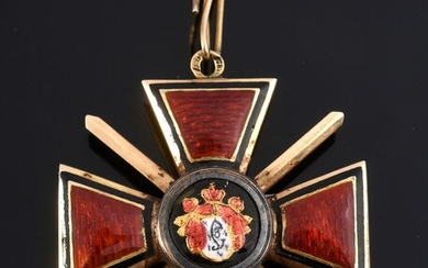 ORDER OF SAINT-WLADIMIR (Russia). Knight's cross with sword, 4th class model, gold and enamel. Missing an element, small accident to the enamel on the reverse.Hallmark: 56, St. Petersburg, before 1896.Goldsmith's hallmark: B. H.: 4 cm - L.: 4 cm...