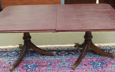 DREXEL HERITAGE MAHOGANY BANDED DINING TABLE