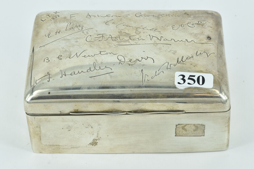 AN EARLY 20TH CENTURY STERLING SILVER CIGAR BOX