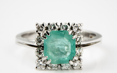 RING, 18 k white gold, 1 emerald cut emerald, bordered by 12 brilliant cut diamonds, a total of 0. 24 ct, stamped with import.