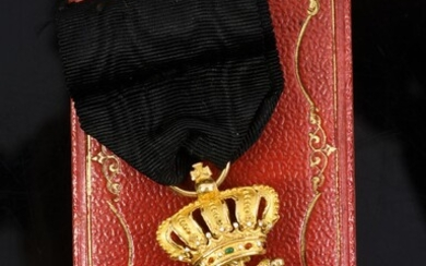 ROYAL ORDER OF THE POLAR STAR (Sweden). Knight's cross, gold and enamel, with part of ribbon in black moiré silk taffeta. Good condition. Preserved in its original case. H. : 5,5 cm - L. : 3 cm. Gross weight: 8 g. See illustration page 21.