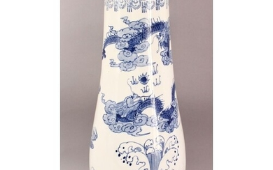 A LARGE CHINESE BLUE AND WHITE TAPERING VASE / STICK STAND, ...