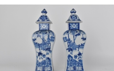 A pair of 18th century Chinese porcelain blue and white vase...