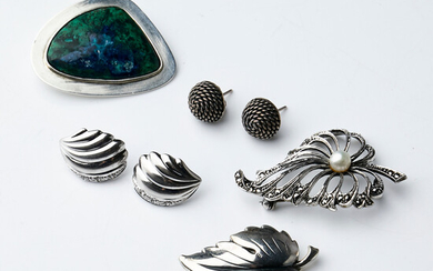 A Collection SILVER, 5 dlr, first half of the 20th century, 2 pairs of earrings, 3 brooches, of which one marked Hansen, with eliat stone, a brooch with pearl and marcasite.