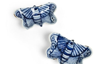 PAIR OF BLUE AND WHITE 'BUTTERFLY' DISHES LATE MING TO