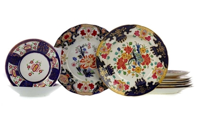 A SET OF FIVE EARLY 20TH CENTURY ENGLISH PORCELAIN DINING PLATES, ALONG WITH FURTHER DINNER WARE