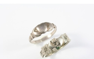AN EARLY 18TH CENTURY SILVER FEDE RING formed with hands hol...