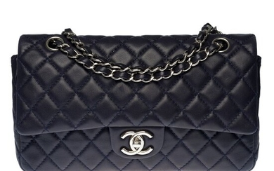 Chanel - Sac Timeless Medium 25cm en cuir matelassé bleu marine , garniture en métal argenté Crossbody bag