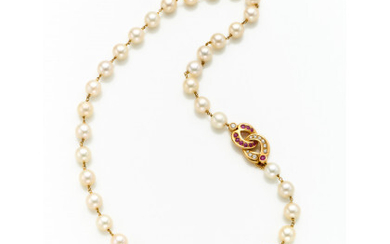 Cultured mm 8.90/9.20 circa pearl necklace spaced by a yellow gold chain like the knot clasp set with diamonds and…Read more