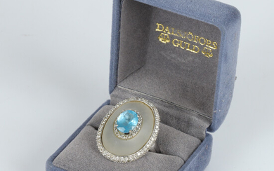 RING, 18 K white gold with brilliant cut diamonds, faceted topaz and moonstone.