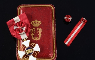 ORDER OF THE CROWN (Italy). Officer's star, gold and enamel, with rosette ribbon in red and white moiré silk taffeta, preserved in its original case in the shape of the Cravanzola house in Rome. A collar rosette and the ribbon of the miniature...