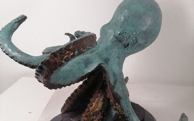 Octopus on a marble base - Patinated bronze - recent