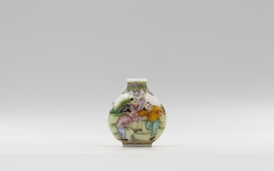 Snuff bottle - Enameled Glass - Human Figure - Romping Children, Signed by apocryphal Qianlong Reign Mark, Dou Mei Rong - China - Mid 20th century